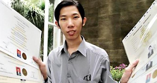 Pria Makassar ini Raih 19 Gelar Sarjana dalam 13 Tahun, S1 dan S2