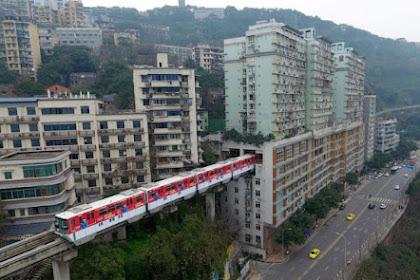 Kereta Api Monorel Ini Menembus Gedung Apartemen