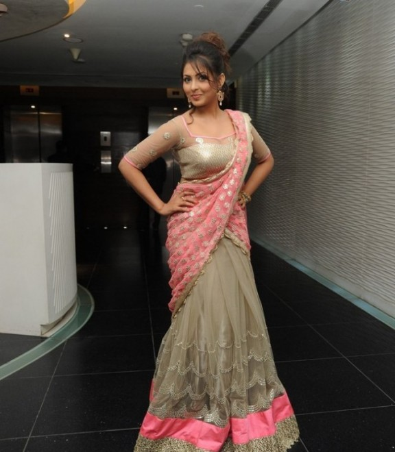 Madhu Shalini Beautiful Stills In Pink Saree
