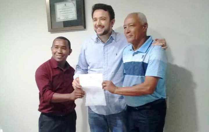 Elcio Silva e Francisco Bastos entregam ao deputado Dr. Yglésio, pedido de melhorias do CAIC e implantação do Pólo Universitário.