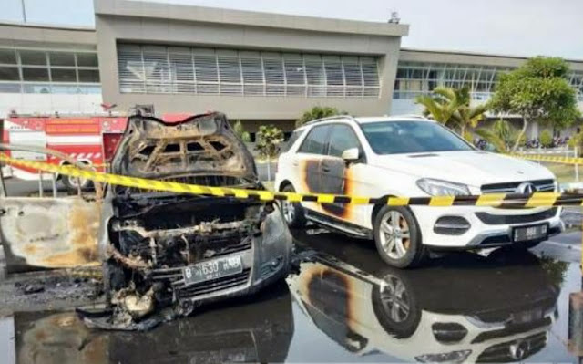 Diduga Konsleting Listrik, Mobil Suzuki Splash Terbakar di Bandara Juanda