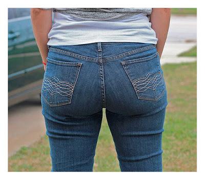 Широко расставленные карманы на джинсах на полной женщине