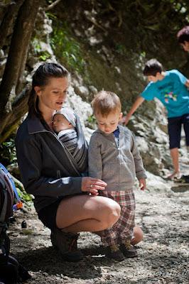 chustonoszenie, chusta do noszenia dziecka, rodzicielstwo bliskości, wyjazd z niemowlakiem