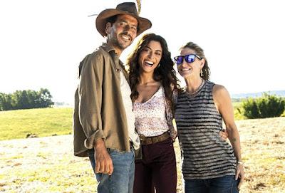 Marcos Palmeira, Juliana Paes e a diretora Amora Mautner nos bastidores da novela 'A Dona do Pedaço' — Foto: TV Globo/João Miguel Jr.