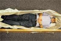 Alat Ini Memungkinkan Anda Merasakan Sensasi Dikubur Hidup-hidup dalam Peti Mati