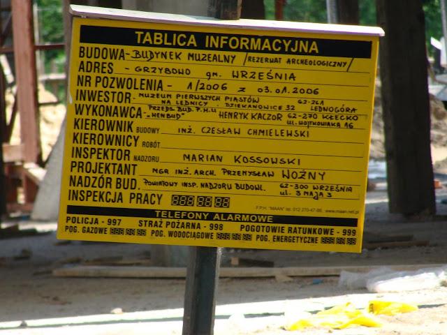Piastowskie grodzisko w Grzybowie - tablica informująca o budowie budynku muzealnego
