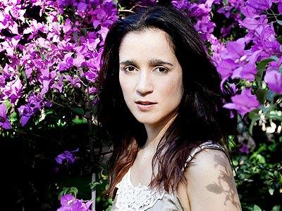 Foto de Julieta Venegas con flores