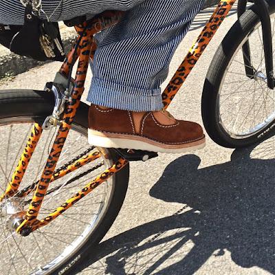 ヴィンテージサイクルに跨がり、学校へ向かって通学中。足元は新色ベジタンレザーを使用したウエスコ製フェニックス。