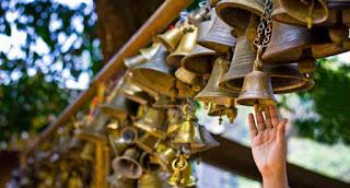 एक धार्मिक शिक्षाप्रद कहानी - भगवान् विश्वास से साथ है मंदिर की घण्टियाँ बजाने से नहीं …