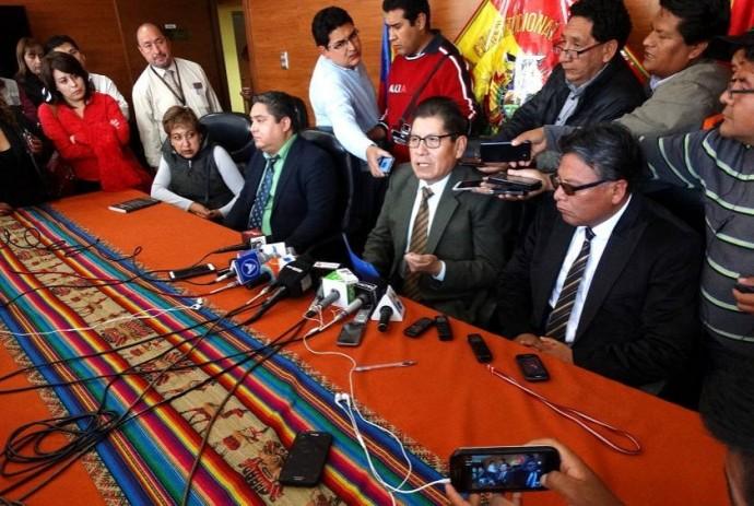 Magistrado Lahor en Sucre, dando el anuncio que beneficia directamente a las aspiraciones de Morales
