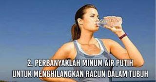 Perbanyaklah minum air putih untuk Menghilangkan Racun Dalam Tubuh