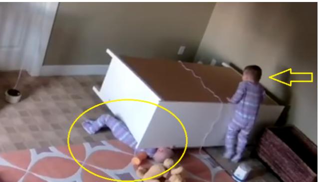 شاهد ماذا فعل هذا الطفل بعد ان كان شقيقه بين الحياة و الموت  أنقذ حياته في الوقت المناسب