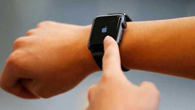 La paranoica razón por la que el Gabinete de Theresa May prohíbe a sus ministros llevar Apple Watch