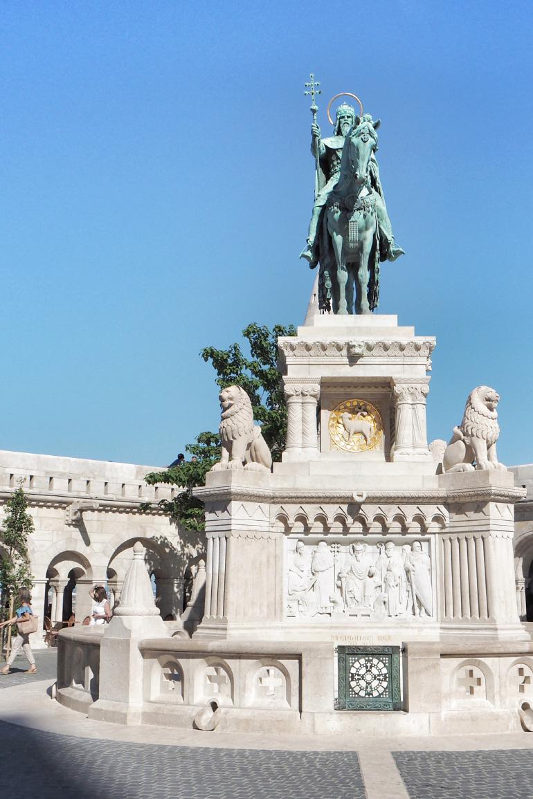 Statue devant le bastion des pêcheurs à Budapest