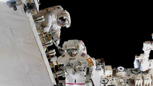 Astronautas Nick Hague e Anne McClain durante caminhada espacial de 22 de março de 2019