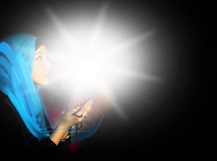 gambar muslimah berdoa dan baca puisi cinta karena Allah SWT.