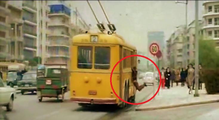 Αθήνα 1971. Γιατί αυτός ο άνδρας είναι κρεμασμένος από το τρόλεϊ; (φωτογραφίες)