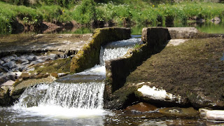 Mesterséges mini vízesés Skóciában