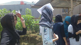 Petugas Imigrasi Bogor merazia para imigran yang bermukim di kawasan wisata Puncak Bogor sabtu siang menyusuri perkampungan dan villa villa di puncak petugas mendata satu persatu imigran