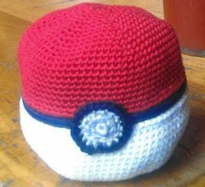 http://translate.google.es/translate?hl=es&sl=auto&tl=es&u=https%3A%2F%2Ftokyotombola.wordpress.com%2F2011%2F10%2F24%2Fcrochet-pattern-pokeball-apple-cosy%2F