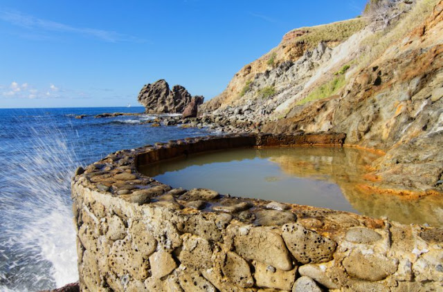 source d'eaux chaudes à proximité de la mer