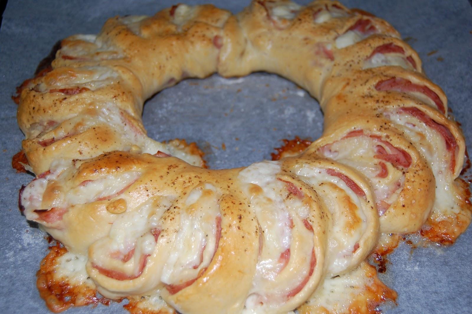 http://azucarenmicocina.blogspot.com.es/2012/07/rosca-de-jamon-y-queso.html