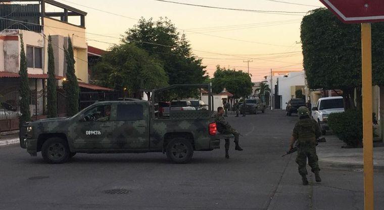 VARIOS HERIDOS, DETENIDOS Y UN MUERTO; Feroz balacera entre militares y civiles despierta el terror en Culiacán