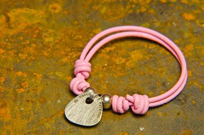 Pulsera de chapa de plata hecha a mano montada en cuero rosa