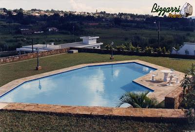 Construção da piscina em alvenaria de concreto com o revestimento de azulejo azul com execução do piso do passeio da piscina com pedra São Tomé com execução do muro de arrimo com até 7 m de altura para que a piscina ficasse a 1,50 m do piso da residência,