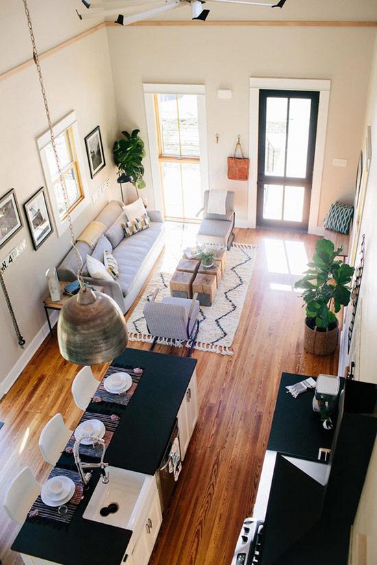 Phòng bếp hai màu đen trắng rõ nét cùng phòng khách màu xám tự nhiên.