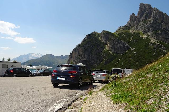 Blauer Hyundaii30 auf dem Falzaregopass, parkende Autos, Berge