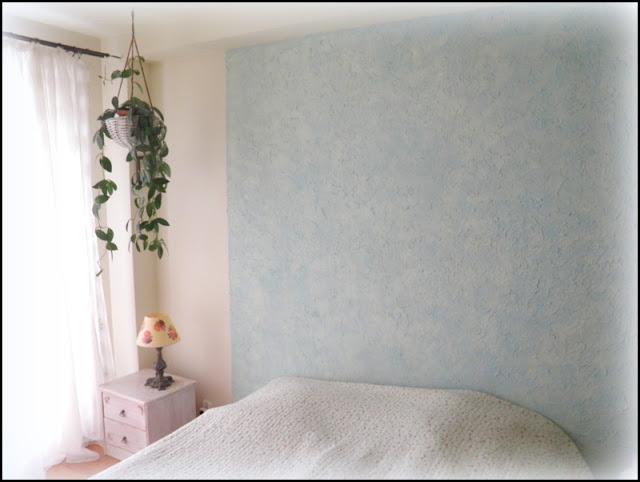 Niebieskie plamy w sypialni