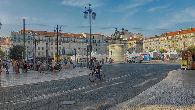 """""""Praça da Figueira 2014"""" por Reino Baptista - Obra do próprio. Licenciado sob CC BY-SA 4.0, via Wikimedia Commons - https://commons.wikimedia.org/wiki/File:Pra%C3%A7a_da_Figueira_2014.jpg#/media/File:Pra%C3%A7a_da_Figueira_2014.jpg"""