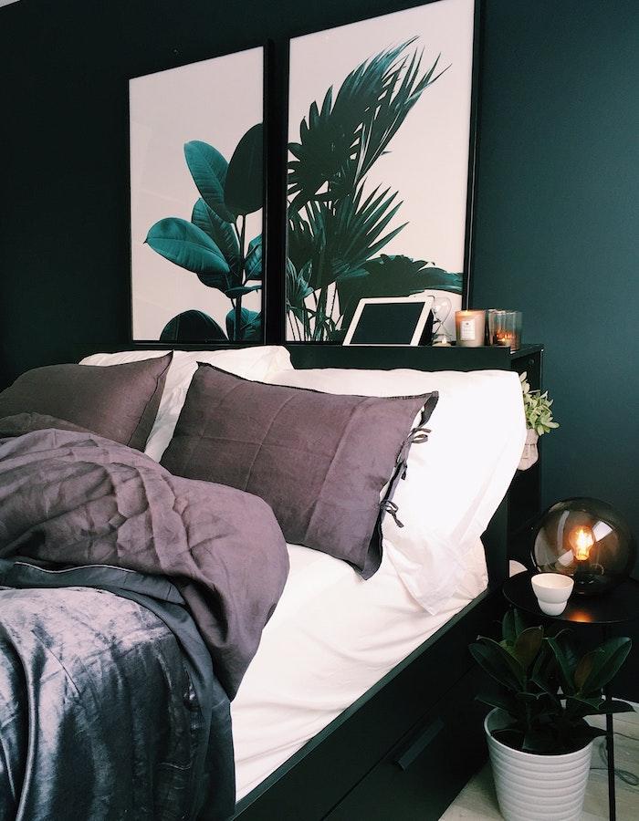 Dormitorio con pared verde y láminas de gran tamaño