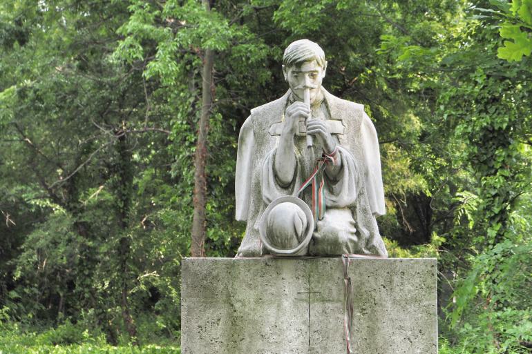 Statue d'un joueur de pipeau sur une pierre tombale dans le cimetière Fiumei út à Budapest