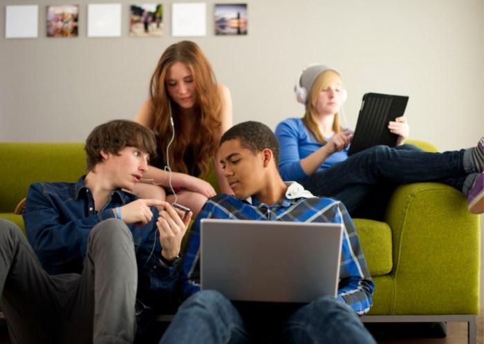 Geração Z compra online, mas quer tecnologia e lojas físicas.