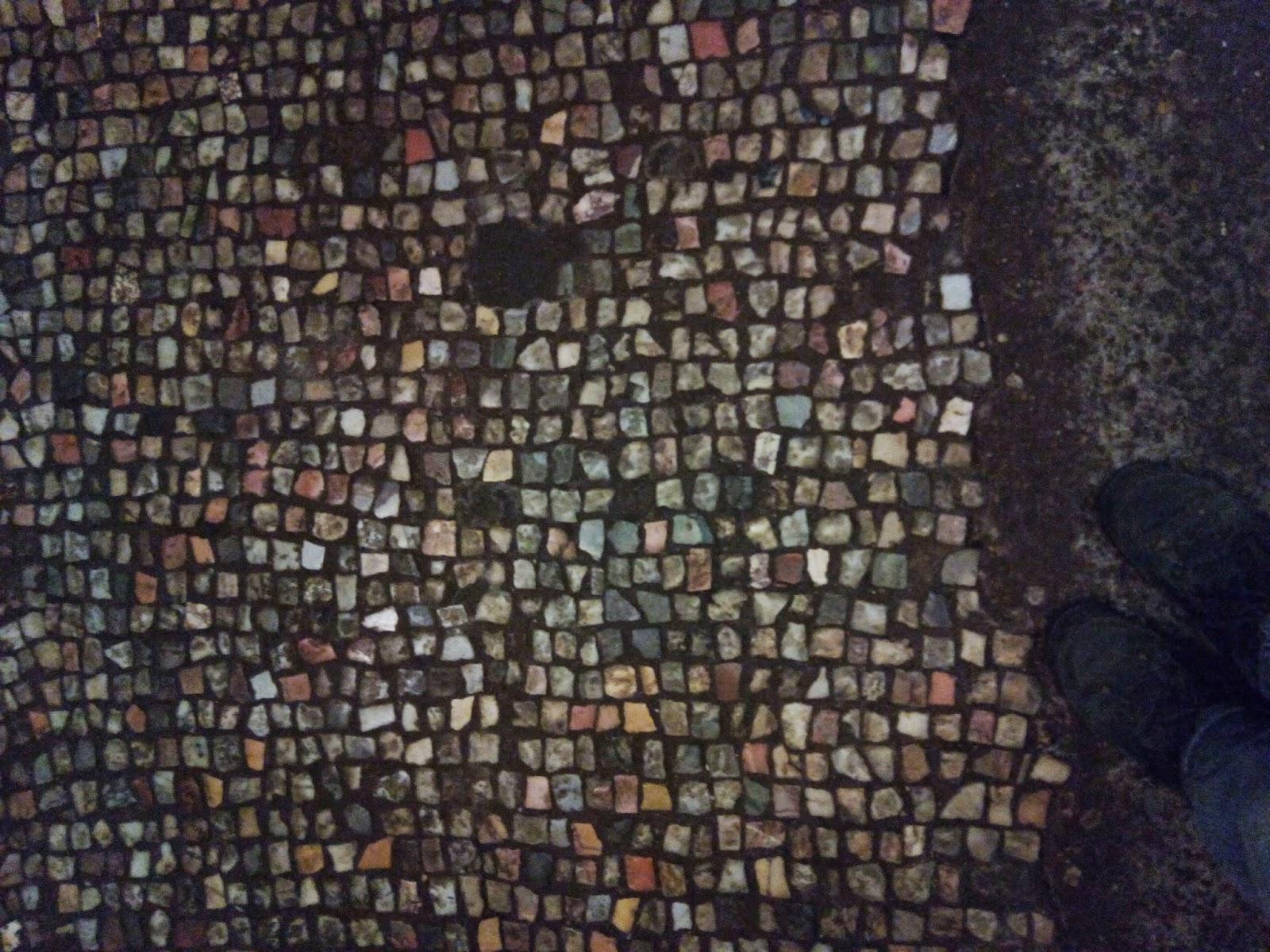 Chão de pastilhas de antiga casa do período imperial