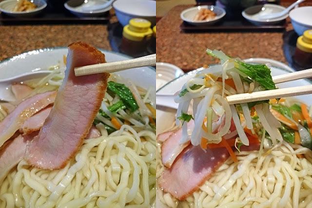 豚肉の燻製とミックス野菜の写真
