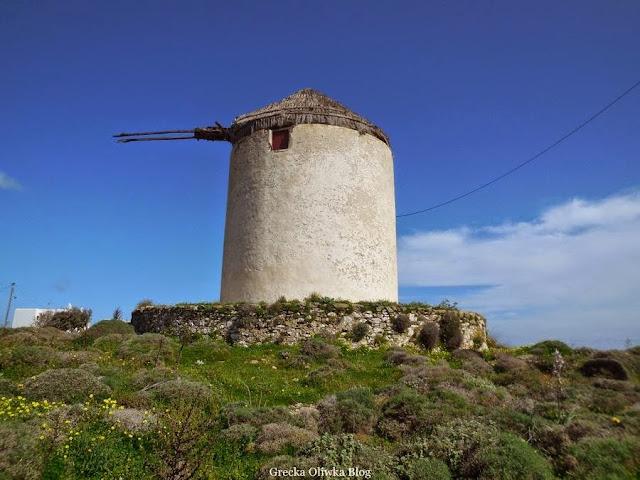 wiatrak wieżyczkowy na tle błękitnego greckiego nieba, Ano Mera Mykonos Grecja