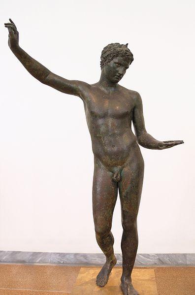 μικροσκοπικός γυμνός Έφηβος