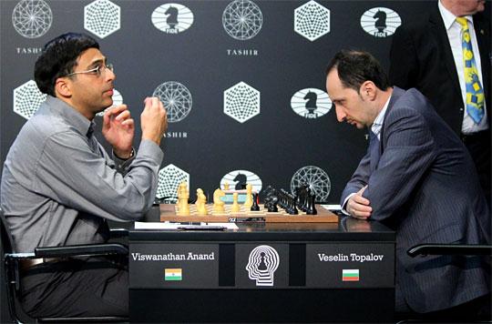 Un affrontement sur l'échiquier entre Topalov et Anand - Photo © Amruta Mokal