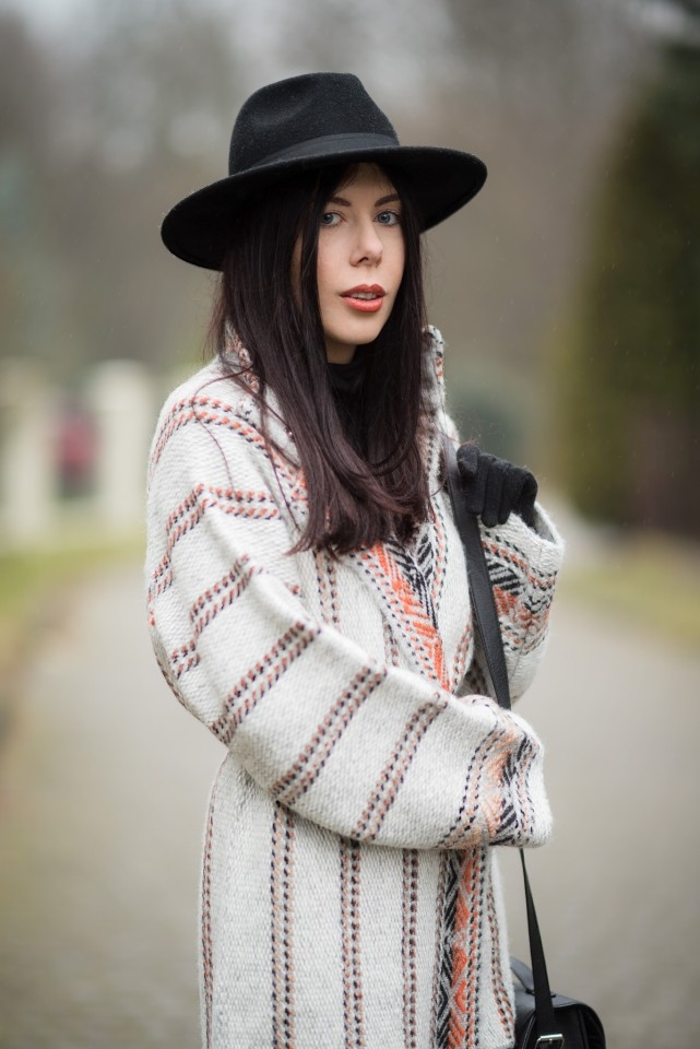 wełniany płaszcz w etniczne wzory blogerka stylizacja boho z kapeluszem blog o modzie