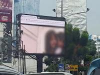 Tak lazim, papan iklan dekat kantor wali kota Jaksel putar video tak senonoh