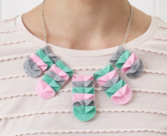 http://www.molliemakes.com/craft-2/diy-jewellery-scalloped-felt-necklace/