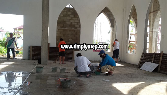 LANTAI : Di lantai inilah keramik sudah dipersiapkan dan Insya Allah akan segera dipasang, Keramik tersebut merupakan donattur atau sumbangan dari warga Komplek yang tidak mau disebutkan namanya. Foto Asep Haryono