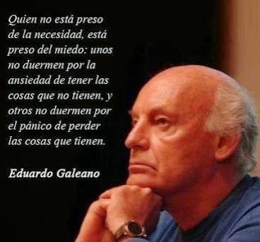 Eduardo Galeano con el rostro apoyado sobre ambas manos, en actitud pensativa. Imagen con frase. Quien no está preso de la necesidad, está preso del miedo. Unos no duermen por la ansiedad de tener las cosas que no tienen, y otros no duermen por el pánico de perder las cosas que tienen. Nombre del autor