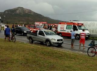 No interior da Paraíba, ônibus que transportava estudantes tomba e deixa vários feridos