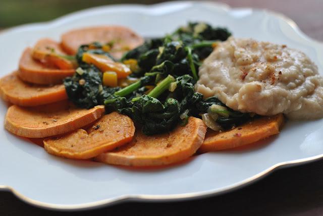 Gebackene Süßkartoffelscheiben mit Spinat und Bohnenmus