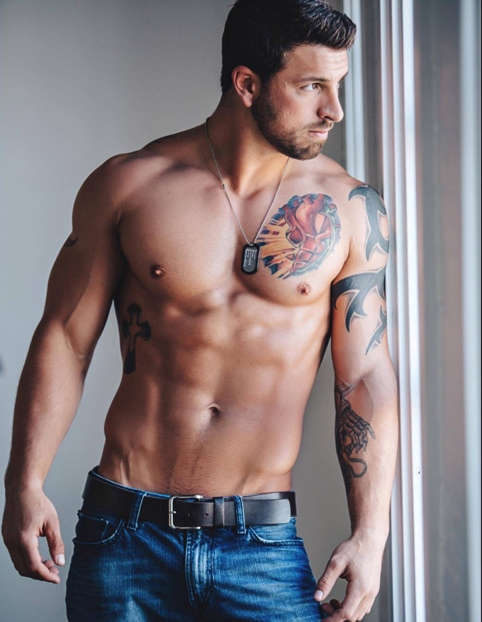 beautiful-masculine-tattooed-shirtless-guy-body