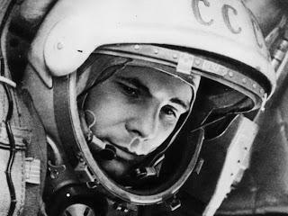 Famosa foto di Yuri Gagarin con il casco da cosmonauta.